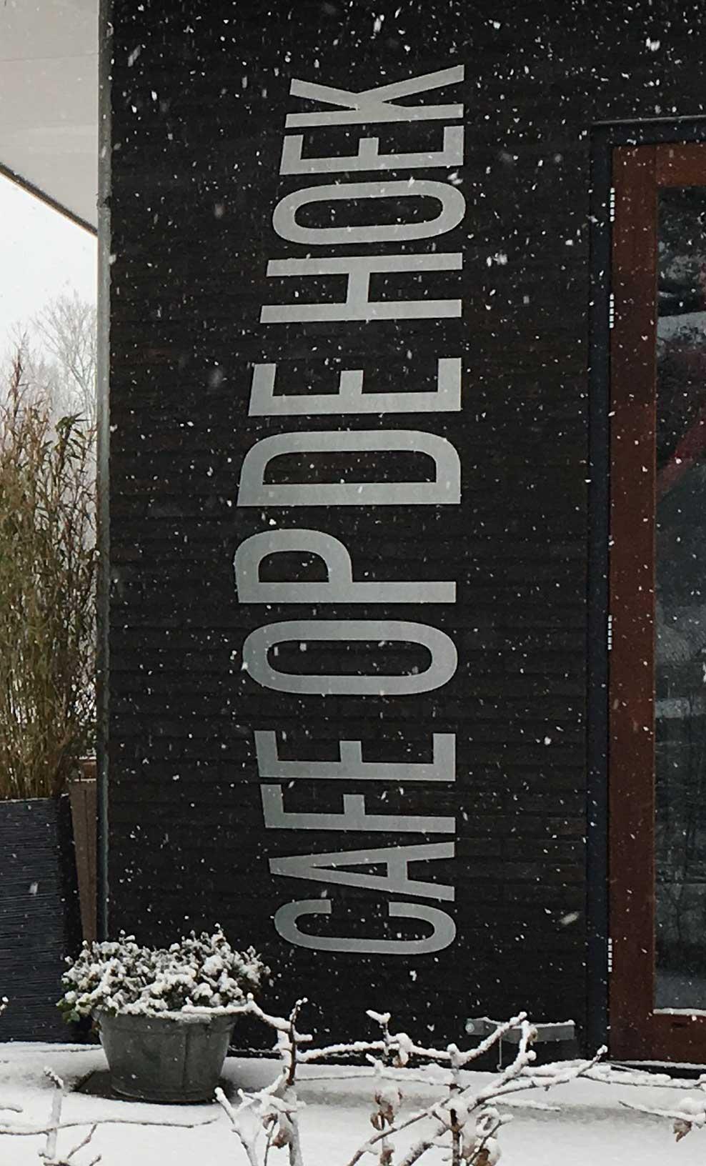 cafe-op-de-hoek-logo-zijkant